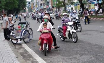 Rollerfamilie, es gibt wohl leider keine Helme fuer Kinder. Die fahren immer ohne Hem mit.