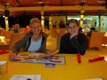 Rahel und Sandra beim abendlichen Essen gehen!