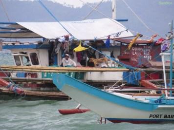 Ziemlich lustiges Hausboot. Sieht ein bisschen aus wie bei den Flooders.