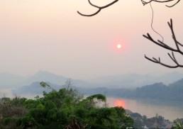 Sonnenuntergang bei diesigem Wetter