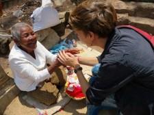 Sandra bekommt für eine kleine Spende Glücksarmbänder