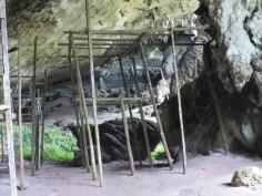 Überreste der Hütten der Nestpflücker