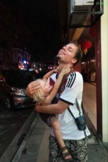 Lucie will auf Arons Arm.