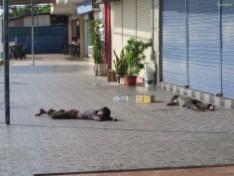 Die Straßenkinder schlafen direkt am Hafen.