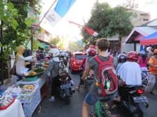 Straßenfest kurz vor Sonnenuntergang (alle können wieder essen)