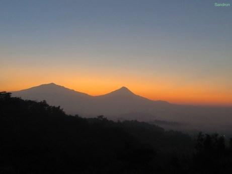 Sonnenaufgang in der Nähe vom Borobudur Tempel