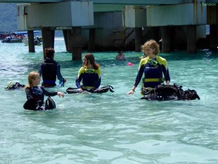 die ersten Übungen im flachen Wasser