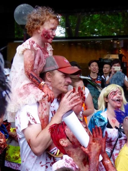 Die jüngste Zombie hat auch Spaß! :)