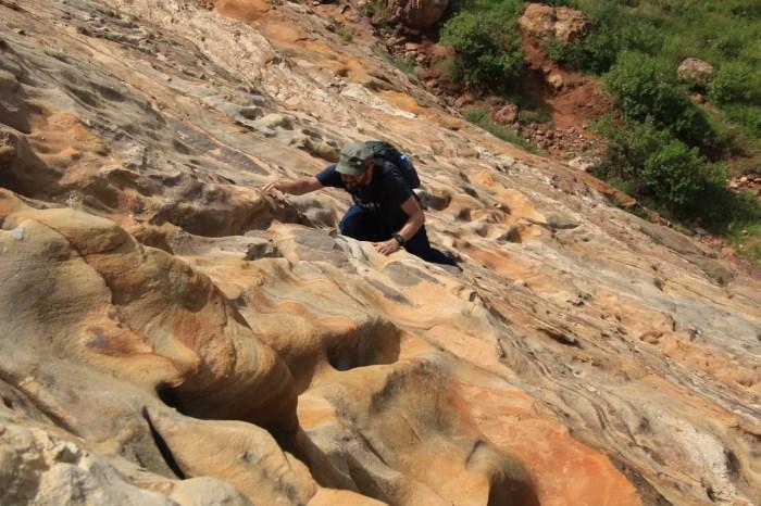 Auch beim Klettern im Tigray kann schnell mal was schiefgehen.