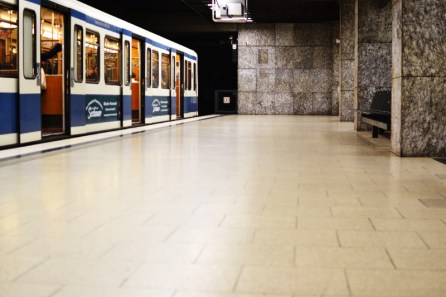 Fototour entlang der Münchner U3: Wartende U-Bahn am Bonner Platz