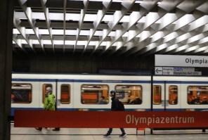 Fototour entlang der Münchner U3: Abfahrende U-Bahn am Olympiazentrum
