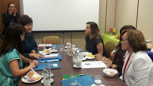 Zenaide Maia em conversa com Embaixadora