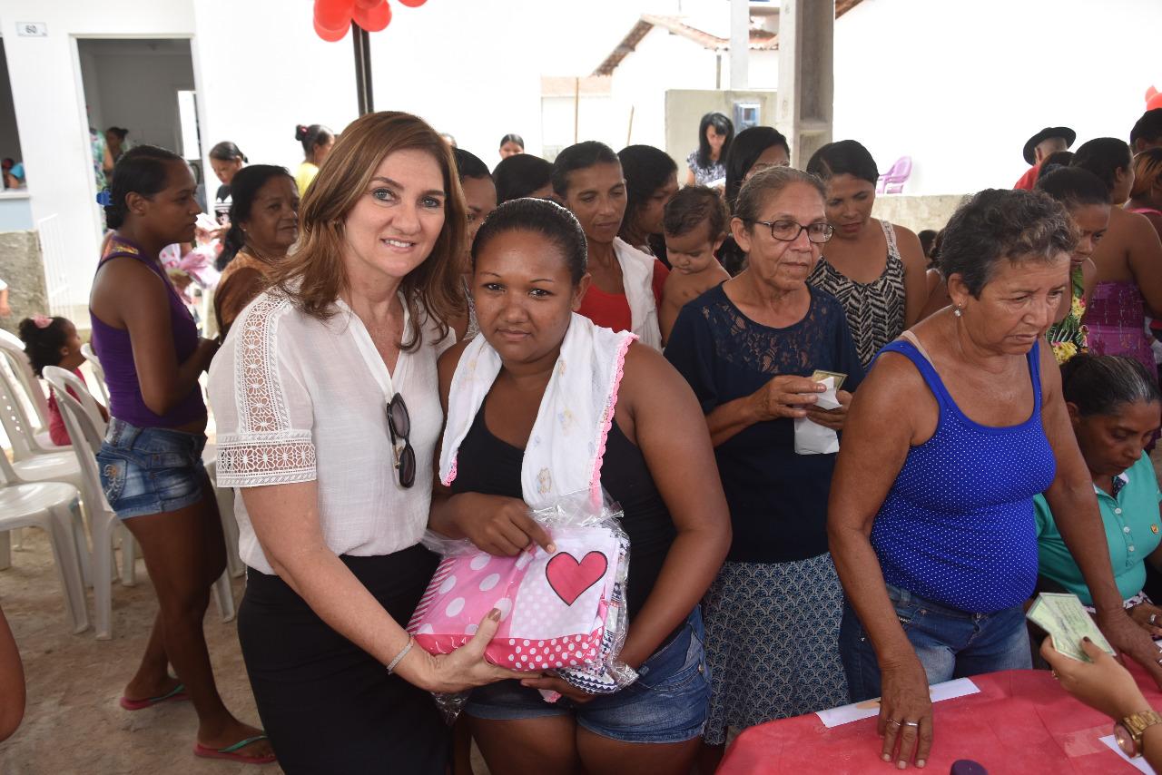 Primeira-dama de São Gonçalo realiza doações de lençóis no Dia das Mães