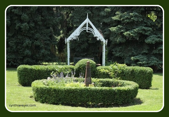 Photo Garden Boxwood and Arbour
