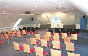 Tagungsräume für bis zu 60 Personen mit modernen Präsentationsmedien stehen zur Verfügung.