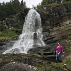 Am Fuße des Wasserfalls.