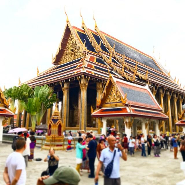 Blick auf die vergoldete Kapelle des thailändischen Königs