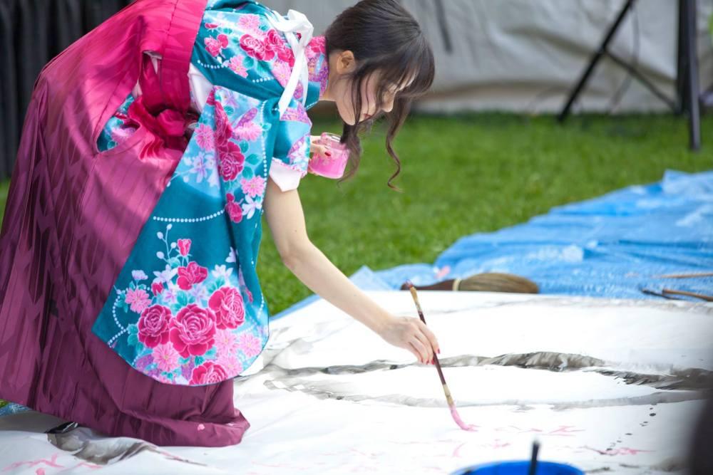 Kisyuu doing calligraphy.