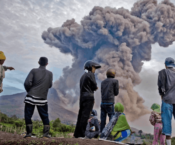 Indonesia: Sinabung volcano erupts and ash hides sunlight