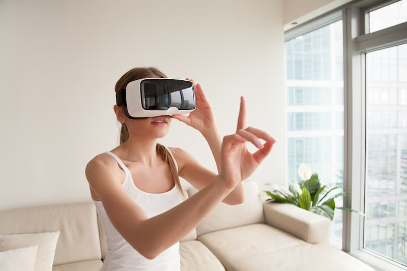 Frau beim virtuellen 360 Grad Rundgang