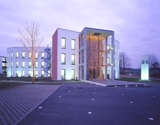 Firmensitz in Montabaur, beleuchtet – Quelle: 1&1