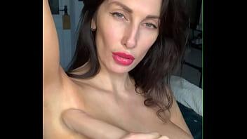 Pornstar Liza Virgin은 그녀의 겨드랑이를 핥고 그녀의 큰 가슴에 - 야딸두
