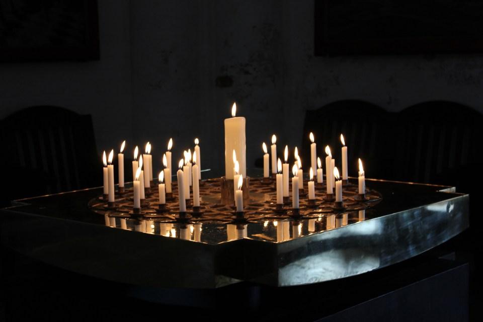 Kaarsje branden in kerk