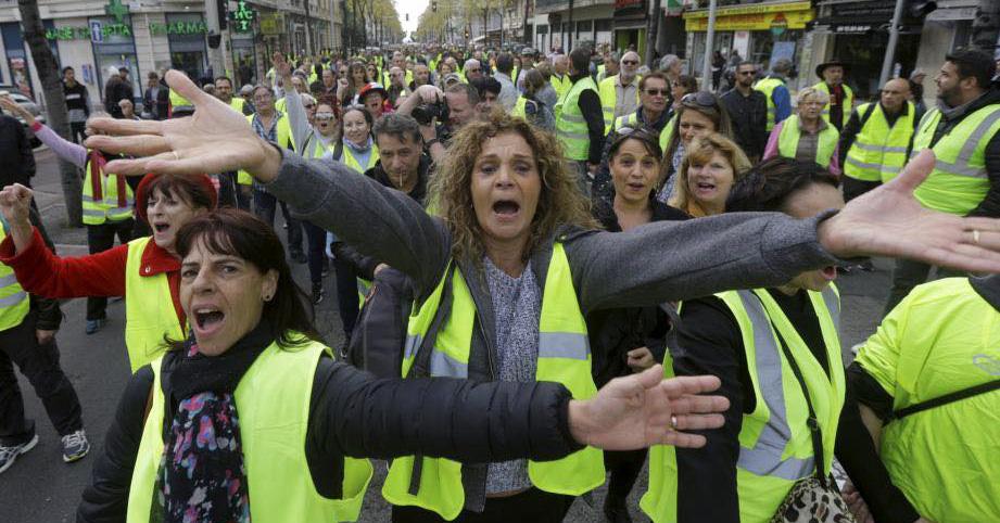 Francia: Los chalecos amarillos  y los trabajadores en huelga se enfrentan a Macron