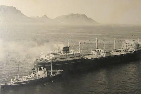 """De """"Willem Barendsz."""" en de 14 jagers verlaten Kaapstad op weg naar Antarctica."""