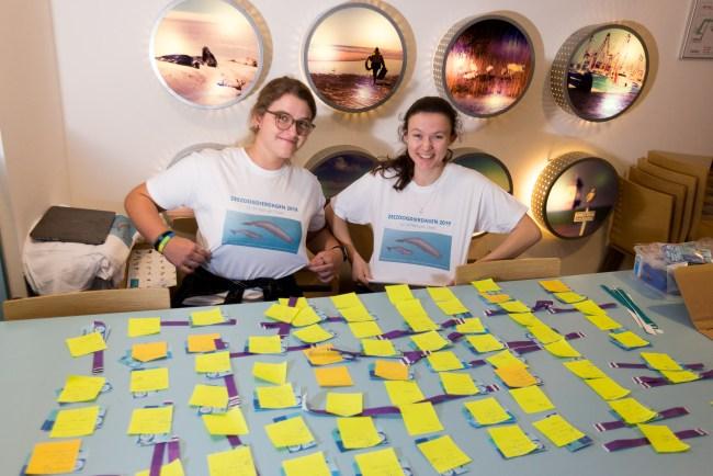 Alle vrijwilligers waren herkenbaar aan hun T-shirts met logo van deze Zeezoogdierdagen.