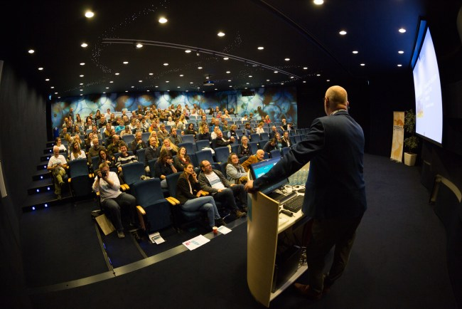 Chair of the day Geert Hoogerduijn (ministery of LNV) welcomes the public