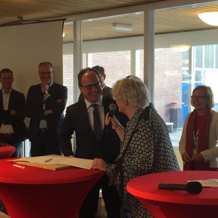 Minister Wouter Koolmees ondertekent convenant van het 1000-banenplan.