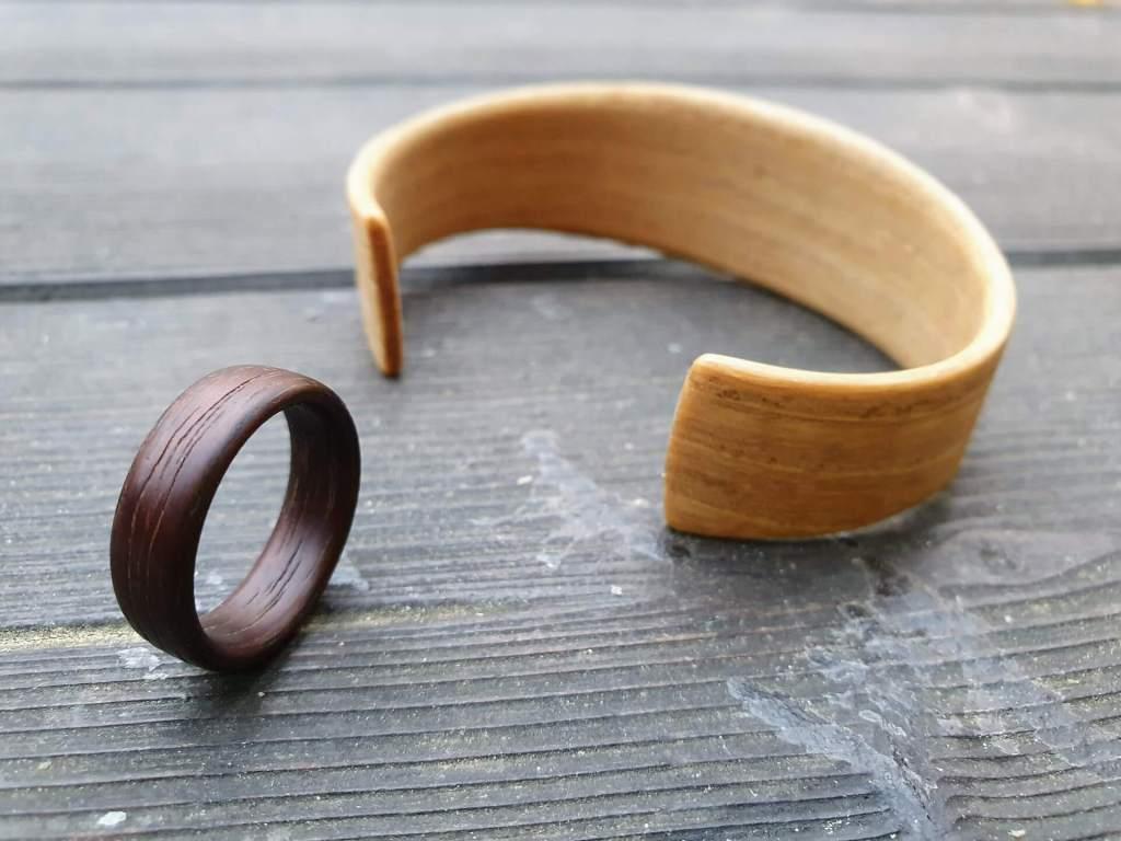 Holzring und Armspange mit Kaseinleim