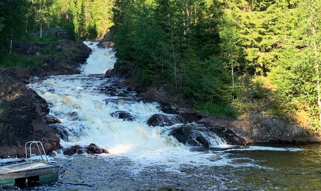 Kleiner Wasserfall mit Badestelle