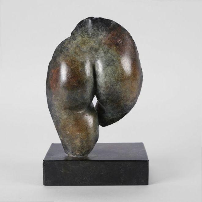 Bronze de Guillaume Werle, Les Fesses d'Eve 2 est un bronze en série limité à patine brune et rouge nuancée.