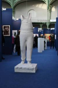 """Original en pla^tre de la sculpture de Guillaume Werle en homage à Michel Colucci, """"A Coluche"""", photo prise lors de l'exposition au Gran Palais dans le cadre de Art en Capital."""