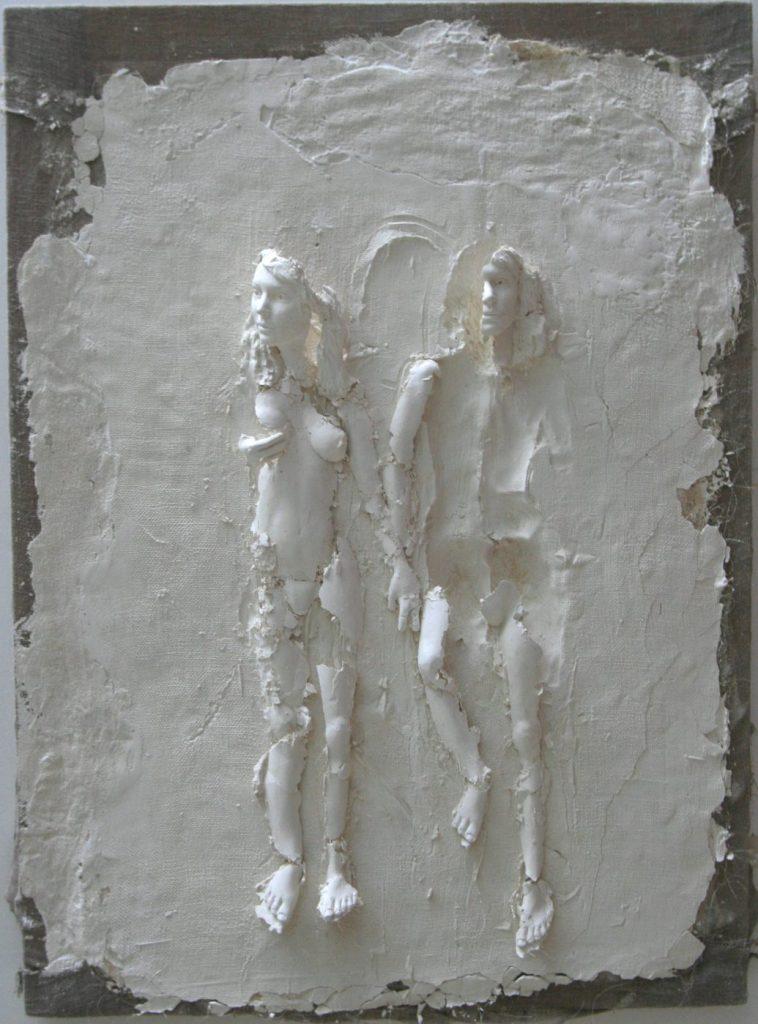 Photo de la sculpture de Guillaume Werle, Complicité, faite de plâtre, toile de lin et châssis en bois.