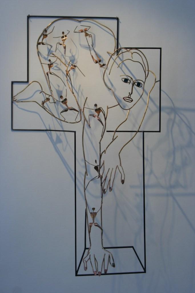 Sculpture de Guillaume Werle, La Tigresse, acier, laiton et bronze. C'est une des sculptures de la série des assemblées