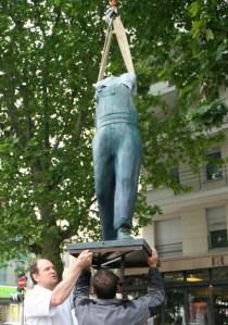 Installation d'une des sculptures de Guillaume Werle, A Coluche, hommage au célèbre comique Michel Colucci