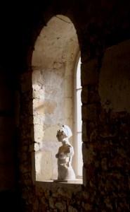 Photo d'une sculpture en plâtre de Guillaume Werle, une Idée dans la Tête lors de l'exposition à la Chapelle de Bury en 2019