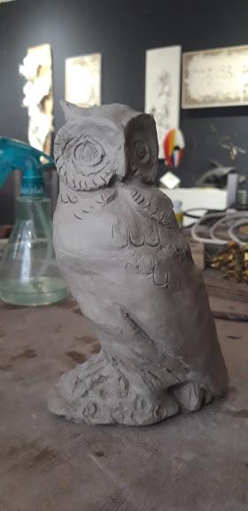 Hibou en grès réalisé par une élève des cours enfants de l'Atelier Werle