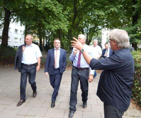 """Heinz-Dieter Edelkötter (r.), Bereichsleiter Jugend und Familie bei der Stadt Unna, erläutert dem Bauminister Michael Groschek (m.) die Planungen für die """"Zukunft Berliner Allee""""."""