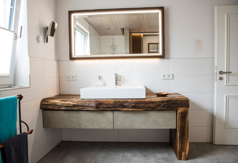 Bad Kombination aus Altholz Beton und Bronce