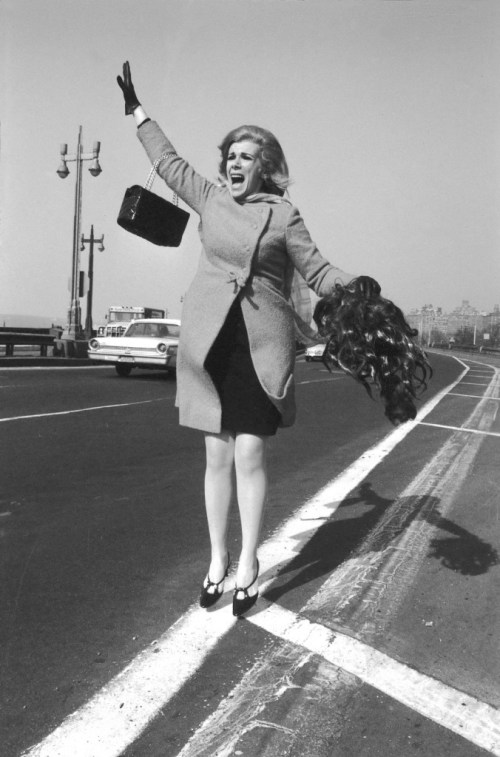 joan-rivers-tries-to-hail-a-cab-1