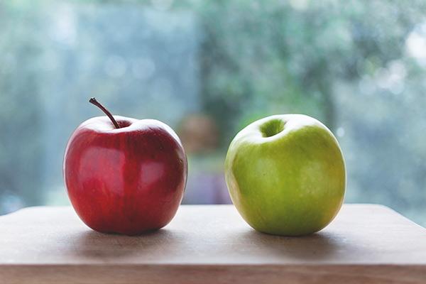 Zwei Äpfel auf einem Tisch