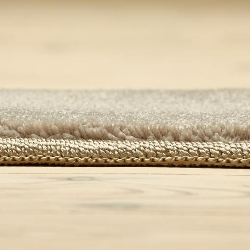 lysegråt tæppe fra WeRug på farven Ivory med kantbånd