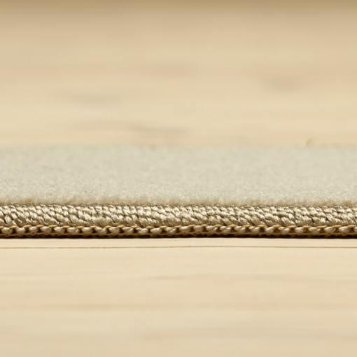 lysegrå tæppe med kant fra WeRug set fra siden