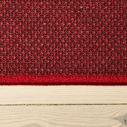 rødt tæppe med mønster med kant