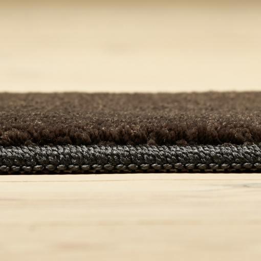 Stålfarvet tæppe fra WeRug med kantbånd