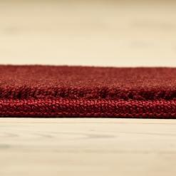 rødvinsfarvet tæppe på løse mål med kantbånd